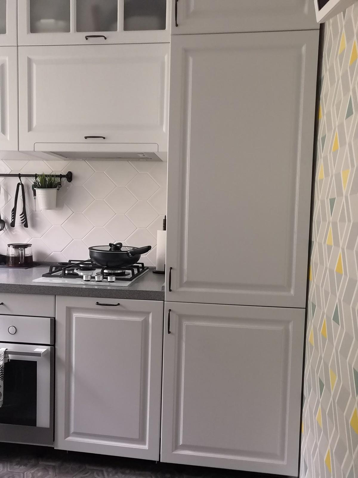 фото:Наш гарнитур слева (от входа) направо. При входе расположена столовая группа, затем буфетик, потом основная рабочая зона у окна, раковина, духовой шкаф, ППМ и холодильник уместились по одной стене. В пенале расположен водонагреватель и холодильник.