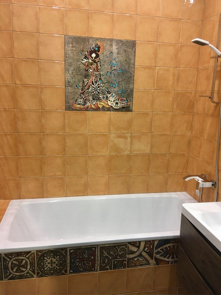 фото:рельефное панно с африканской девушкой в ванной комнате.